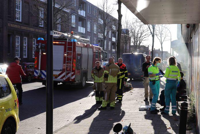 Meerdere hulpdiensten rukten uit naar de Stationsstraat in Waalwijk. De anti-inbraak rookmachine van een winkel ging af. Eén man verbrandde zijn hand aan het apparaat.