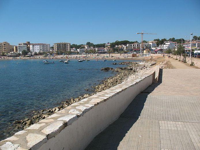 Het strand van de Spaanse kustplaats L'Escala.