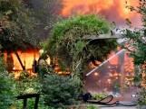 Grote vuurzee in Daarlerveen, brandweer voorkomt overslag