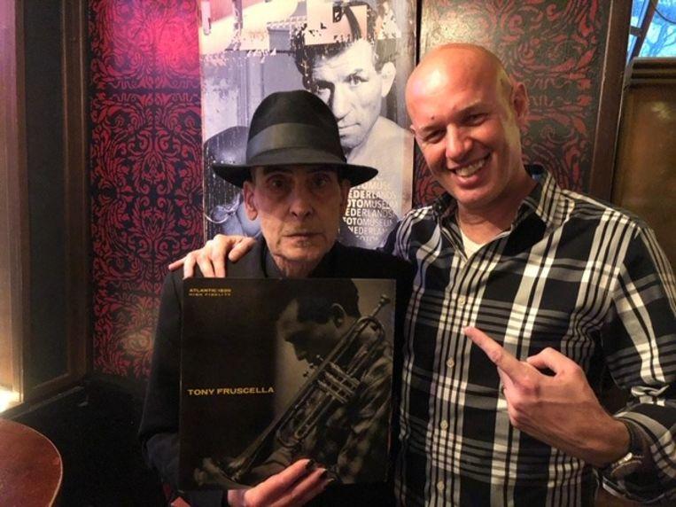 Jules Deelder (links) en Denny Ceelen bij de overdracht van de plaat van Tony Fruscella. Beeld Denny Ceelen