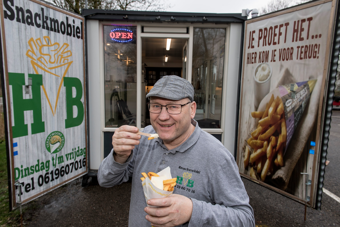 Hennie Baauw bij zijn HB Snackmobiel in Beusichem.