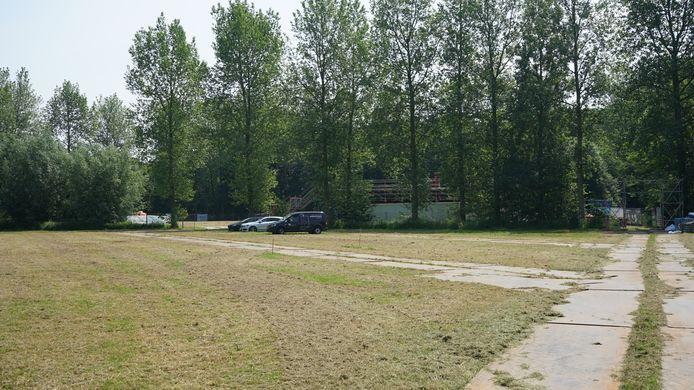 Naast het festivalterrein is een grote tijdelijke parking.