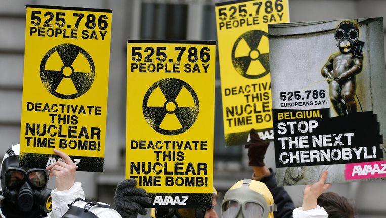 Protestanten voeren actie tegen de heropstart van Belgische kerncentrales. Beeld epa