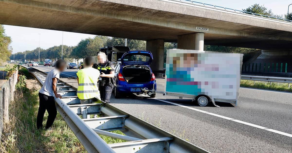 Vertraging op A73 bij Cuijk na ongeluk met auto en aanhanger.