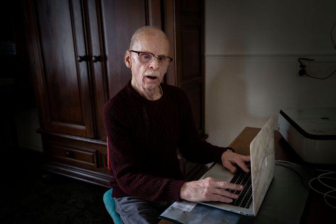 Jan Lormans maakt aantekeningen op zijn laptop.