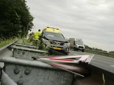Automobilist botst achterop kleine vrachtwagen op A67 bij Someren