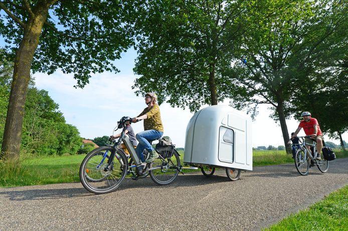 Op pad met de Berkel.Bed.Box in het buitengebied van Rekken. De e-bike om de caravan te trekken zit bij de huur in.