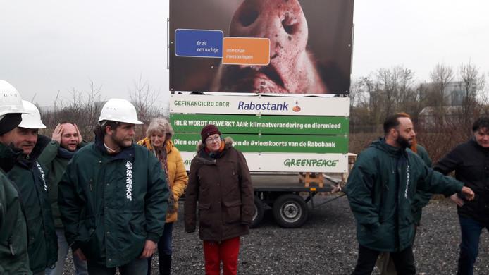 Bij pannenkoekhuis Oude Maas werd woensdagmiddag een ludiek bouwbord onthuld ter aankondiging van de ongewenste mestfabriek aan de Osse haven.