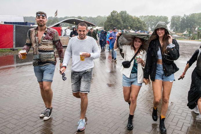 Regen op het festivalterrein op dag 2 van Lowlands.