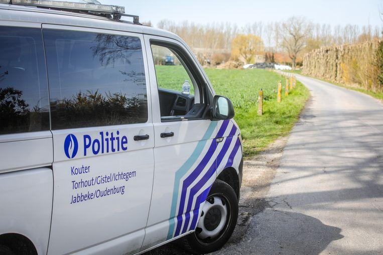 De politie bij het erf in de Haelinckstraat.
