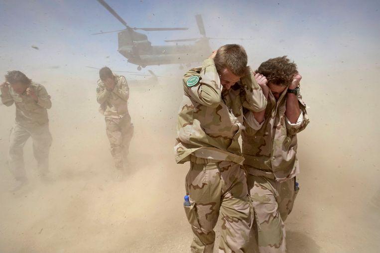 Een Chinook-helikopter met daarin het lichaam van de de 25-jarige Nederlandse militair Luc Janzen, die is omgekomen bij een aanslag met een bermbom in de Afghaanse provincie Uruzgan, stijgt op van Kamp Holland.  Beeld null