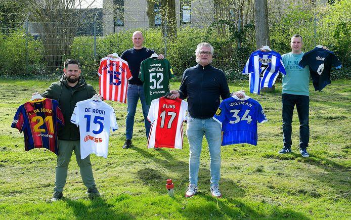 De organisatoren van de online veiling van voetbalshirts namens VVGZ. Op het Barcelona-shirt van Frenkie de Jong is inmiddels 3000 euro geboden.