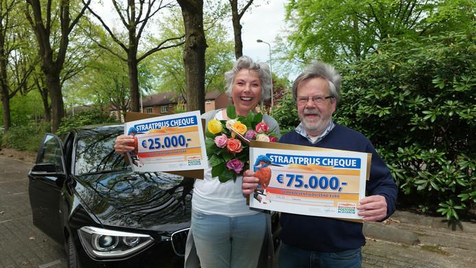 Inge en buurman Rico uit Oldenzaal ontvangen de Straatprijs-cheque van de Postcode Loterij.