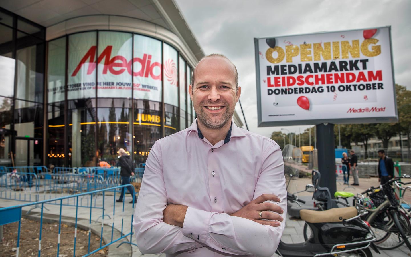 Paddy van den Berg, filiaalmanager van de 50ste MediaMarkt in de Mall of the Netherlands in Leidschendam, is zelf gaan flyeren in het winkelcentrum om personeel te werven. Het leverde direct vervolggesprekken op.