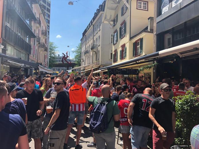 De 'pre-party' van PSV-supporters in Bazel.