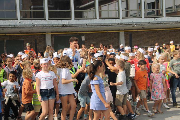 Europees kampioen tijdrijden bij de junioren Alec Segaert werd op zijn oude basisschool De Talententuin door heel wat enthousiaste kinderen ontvangen.