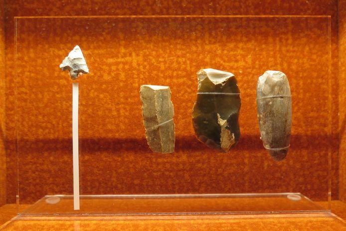Het Yper Museum is enkele waardevolle vondsten uit de prehistorie rijker, zoals een pijlpuntje en 'schrabbers'.