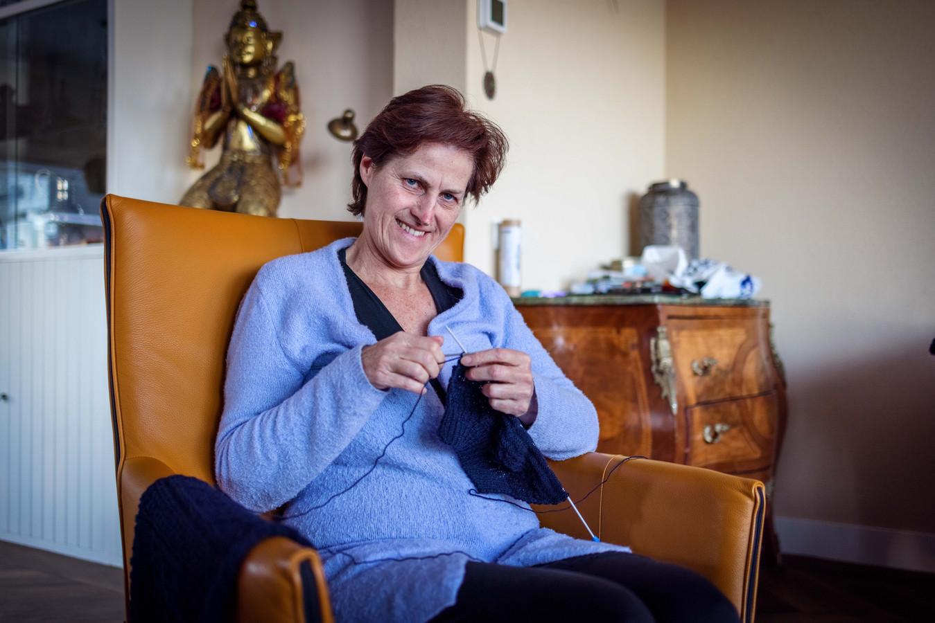 Meina Fernhout uit Sneek breit de retroversie van de antieke Kamper visserstrui op basis van patronen die Stella Ruhe op basis van oude foto's heeft gereconstrueerd.