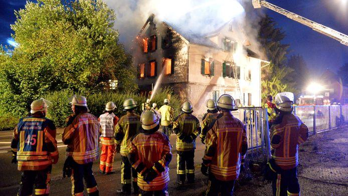 In Weissach im Tal gaat een huis in vlammen op dat migranten zou gaan herbergen.