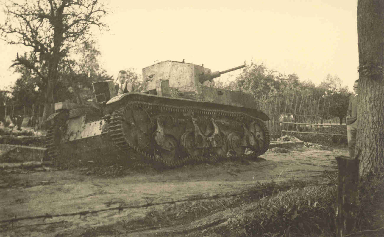 De kapotte Franse tank zoals die bij een boerderij in Diessen werd achtergelaten. En het graf zoals dat in 1940 werd aangelegd voor de gesneuvelde soldaten.