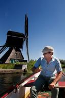 Molenaar Thijs van Hoof heeft geluk: hij heeft een roeibootje en kan zo prachtig over de boezem varen. Wandelaars hebben pech, over het hoge riet heen kijken lukt niet altijd.