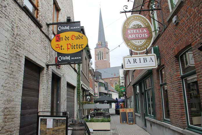 De Dulle Dunderdagen komen onder andere naar café Ariba, rechts op de foto.
