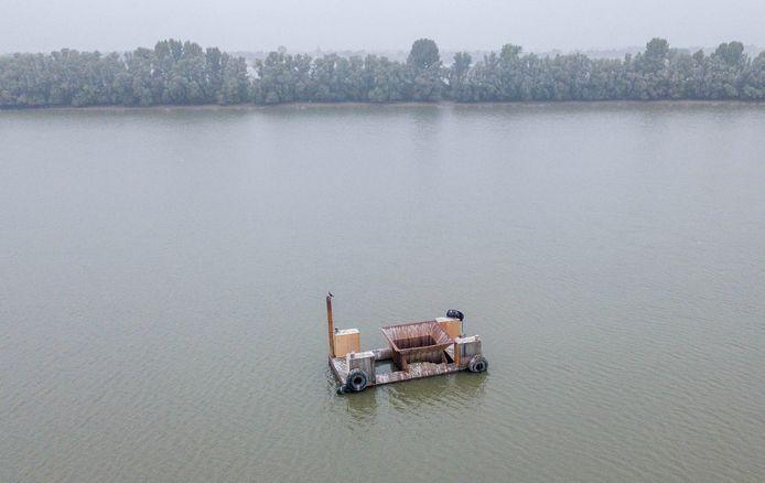 De stortkoker waarin het bedrijf K3-Delta het vervuilde slib in de Kaliwaal stort.