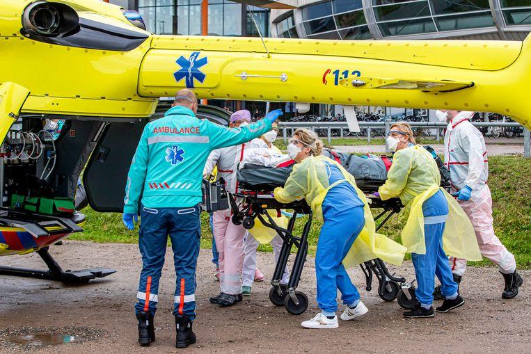 Het is nog steeds dagelijks nodig om patiënten naar ziekenhuizen in andere regio's te verplaatsen om de drukte te spreiden. Beeld BSR Agency