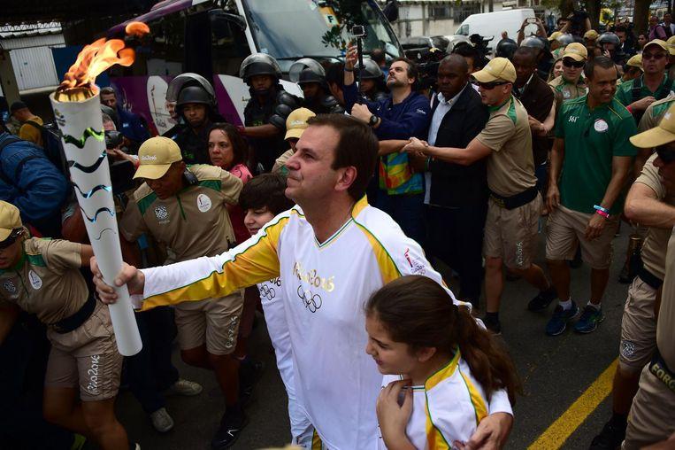 De burgemeester van Rio de Janeiro, Eduardo Pa, in een haag van beveiligingsmensen. Beeld afp