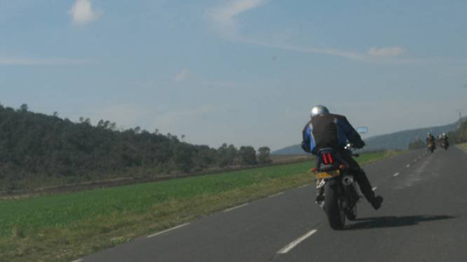 Als motorrijders dit 'trapgebaar' maken zijn ze niet boos maar blij