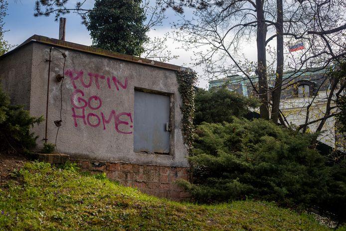 """Graffiti met als tekst """"Putin go home!"""" in de buurt van de Russische ambassade in Praag."""
