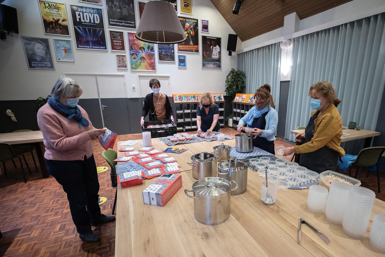Jacqueline Timp, Evelyn Kreukniet, Wilma Hettelder, Gerda Ural en Rietta van Hoof (v.l.n.r.) maken soep klaar om deze uit te delen aan mensen die wel wat aandacht kunnen gebruiken.
