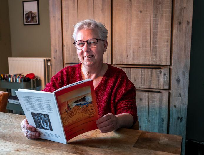 Bernadette Winters-Houben met haar boek.