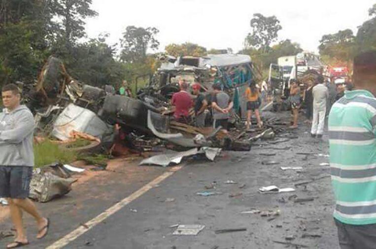 Na de botsing vatte een vrachtwagen, geladen met papier, vuur.