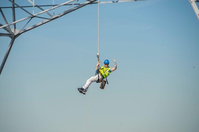 Burgemeester Bart De Wever hangt op 192 meter hoogte te bengelen aan een elektriciteitsmast in de haven van Antwerpen.