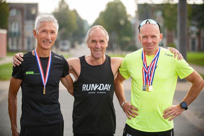 Cees Weeda (links) en Erwin Heiningen (rechts)en hun trainer Rinus Groen (midden).