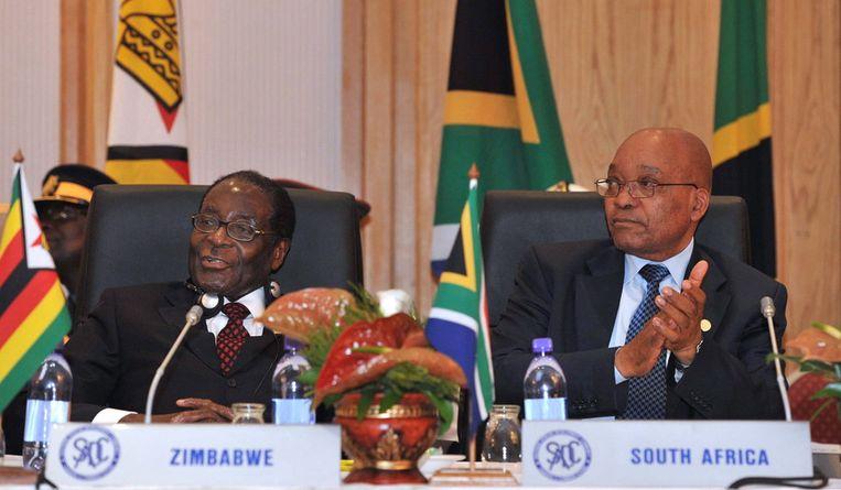 President van Zuid-Afrika, Jacob Zuma (R), en president van Zimbabwe, Robert Mugabe (L). © ANP Beeld