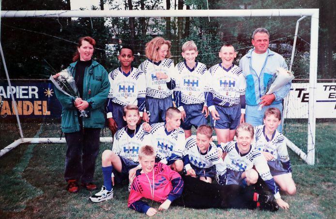 SVS'65 D1 in het seizoen 1994-1995, met staand v.l.n.r.: Jolanda van Tuyl, Luigi, Angela van Tuyl, Marcel Blom, Dimitri Versluis, Rien Versluis. Zittend v.l.n.r.: Jeffrey Prenger, Willem Looijen, Harm Heikoop, Dennis van Tuyl, Robin van der Sluis. Liggend Jorn Meijerink.