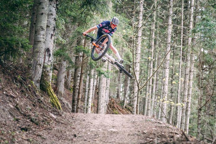 Mathieu van der Poel in actie op zijn mountainbike
