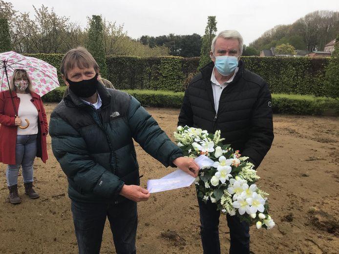 Raadslid Van Hoof en Silvain Badts, die het graf van zijn broer zag verloren gaan.