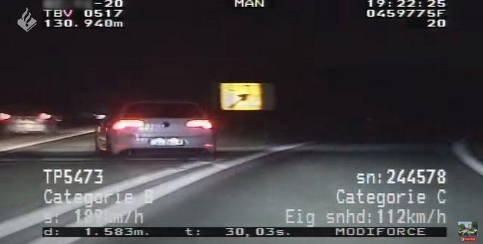 De bestuurder probeerde de politie bij een afslag op het verkeerde been te zetten door op het laatste moment toch weer de snelweg op te gaan.