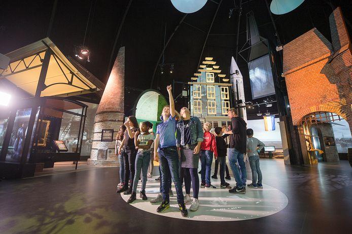Kinderen bekijken de Canon van Nederland in het Openluchtmuseum in Arnhem.