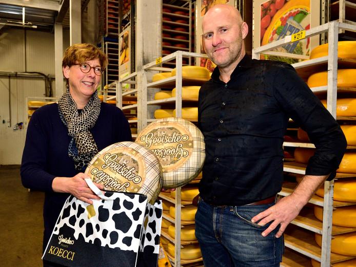 De Groot-Verburg Kaas; directeur Kees Verburg en medewerkster Carina Molenaar met 'Gooische Pikante' en de 'Koecci-tas'.