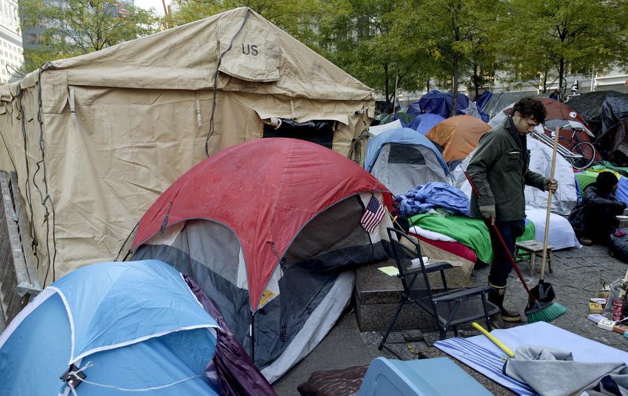 Militaire tenten met de omvang van kleine huisjes verrijzen bij Occupy Wall Street in New York.