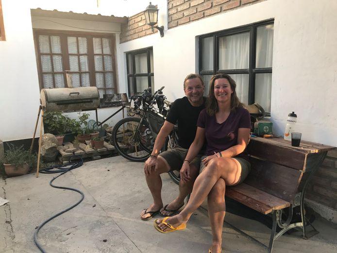 Harry en Roelie Morskate in de tuin bij het hostel in Chos Malal.