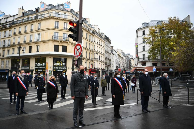 Voorgrond, van links naar rechts: voorzitter van de Franse vereniging Life for Paris Arthur Denouveaux, burgemeester van Parijs Anne Hidalgo, de Franse premier Jean Castex en voorzitter Philippe Duperron van een belangenvereniging voor slachtoffers van de aanslagen van 13 november 2015, tijdens een herdenking deze vrijdag bij een van de destijds getroffen cafés La Bonne Bière.  Beeld AFP