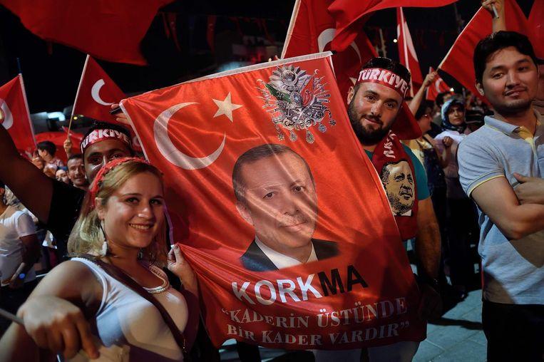 Erdogan-supporters op het Taksimplein 21 juli. Beeld afp