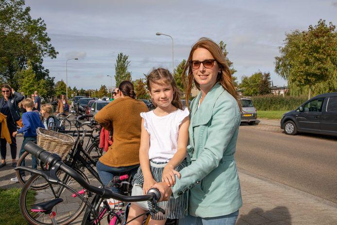 Samantha Hoendervangers met haar dochter Kirsten (7), die in groep 5 van de Bisschop Ernstschool in Goes zit.