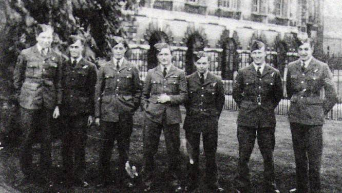 Grafstenen met een verhaal: de Duitse bezetter verplichtte de Leuvenaars om te kijken naar de verminkte lichamen van de Lancaster-vliegeniers
