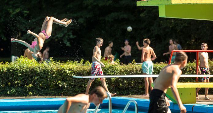 Zwembad Zegenwerp wordt elk jaar druk bezocht. Deze foto is van een paar jaar geleden in de zomer.